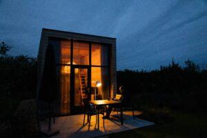 La tiny house est un type de logement atypique. C'est une petite maison sur des fondations fixes ou sur une remorque qui peut générer des revenus.